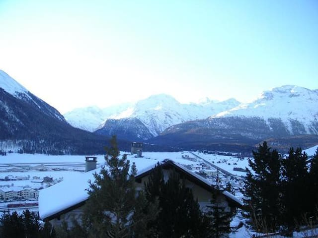 Lovely alpine Apartment with panoramic view - Samedan - Apartment