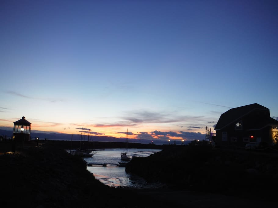 La marina et coucher de soleil