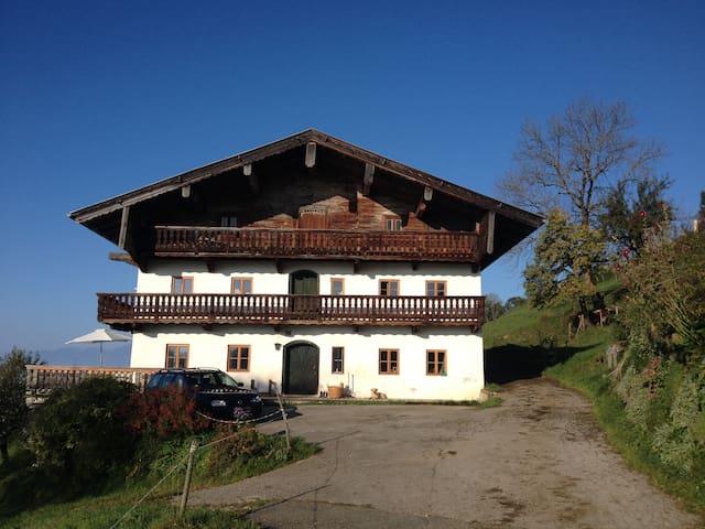 Bauernhaus mit großer Terrasse und wunderschönem Ausblick im Sommer