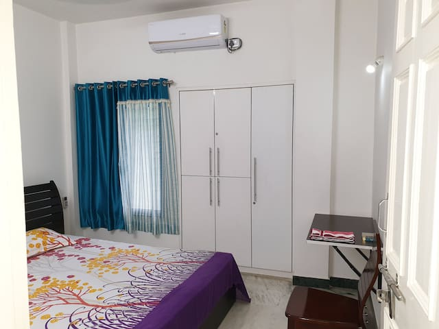 City centre, spacious bedroom in 2 story bungalow.