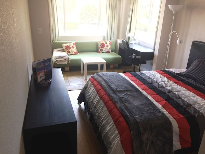 Beautiful sunny room w/ private bathroom near UCI