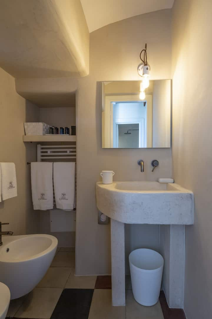 Ground floor double room with bathroom (shower)