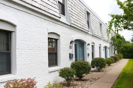 Cozy townhome between airport & downtown - Pittsburgh