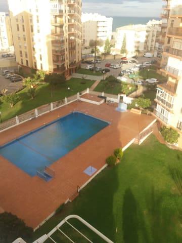 Ubicado en Urbanización privada con instalaciones de piscina, campo de tenis, parking, zonas verdes...
