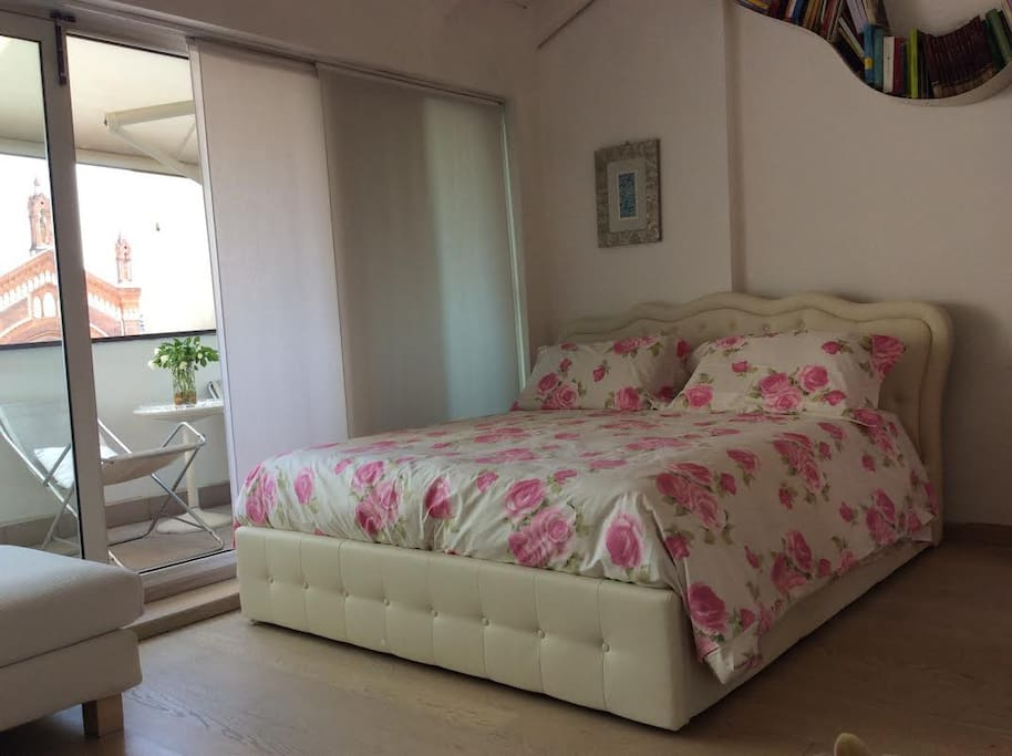 Comfortable matrimonial bed with nice linens & lots of pillows. Confortevole letto matrimoniale.