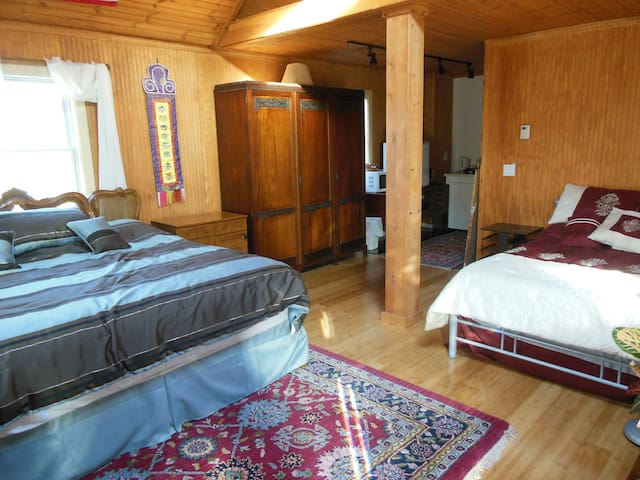Tibetan Inn - American King Room - Deerfield - Bed & Breakfast