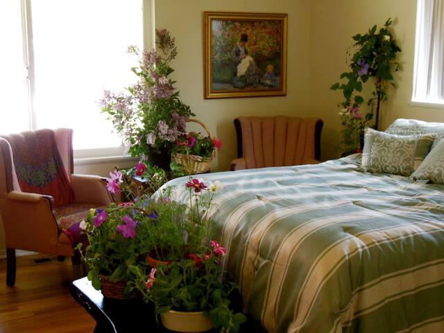 Northern Lights Room in quiet house w/pool, garden