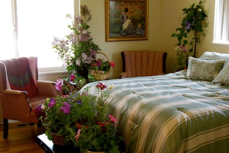 Northern Lights Room at Spring Hill Cottage - Grass Valley - Bed & Breakfast