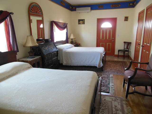 Tibetan Inn - Harmony's Friend Room - Deerfield - Bed & Breakfast