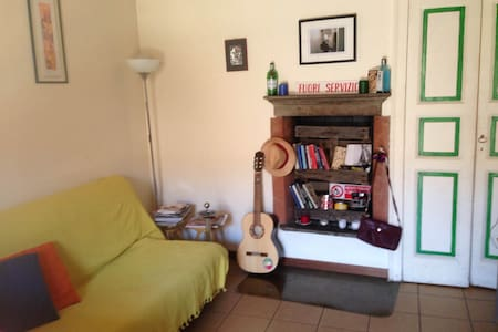 Room located in the main canal of Navigli - Milano - Apartment