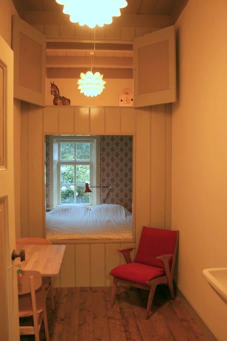 Kamer 3: een knusse kamer met een romantische bedstee