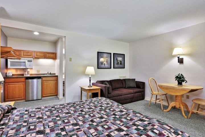 109/110 Deluxe Two Bedroom Suite on the 1st floor w/ outdoor heated pool
