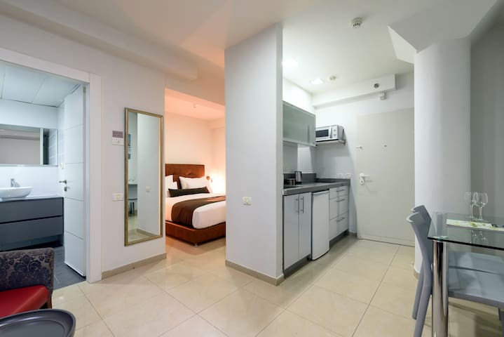 English Studio - Double Bed @ Sea Land Suites