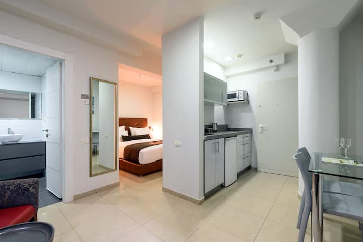 English Studio - Double Bed @ Sea Land Suites
