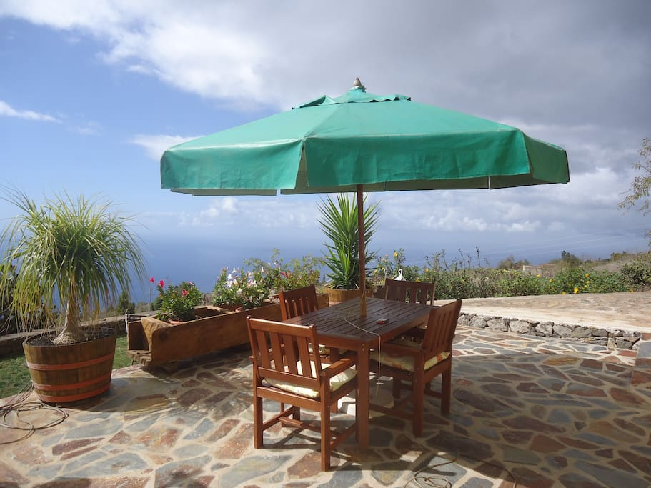Mesa con sillas en madera y vista al mar