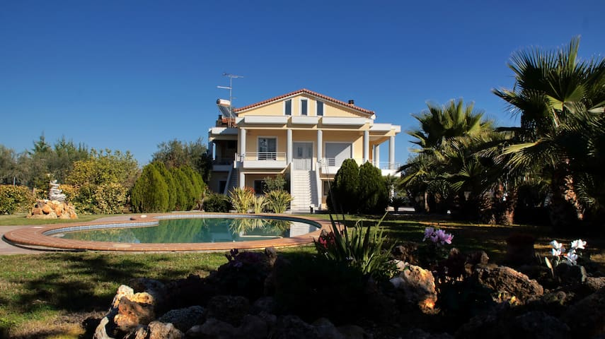 Large, beautiful home w/pool, minutes from beach - Kiato - Apartamento