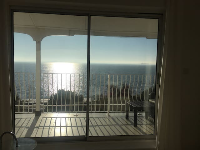 Beautiful sunny seafront flat with amazing views