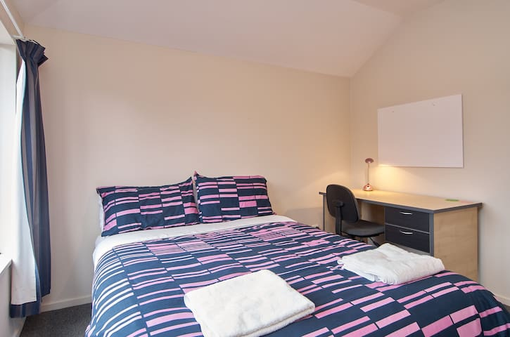 Small double room: Close to buses, shops, and park
