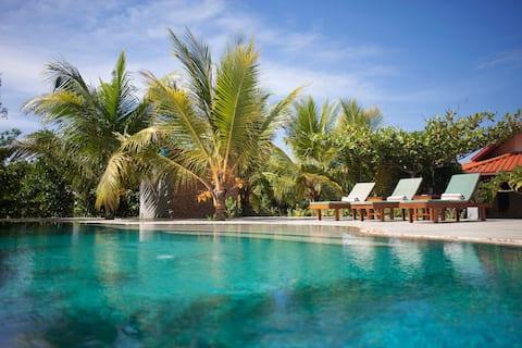 Stilfuld safarivilla ved søen med pool i nærheden af Yala