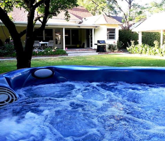 Studio: Private Entry & Hot Tub