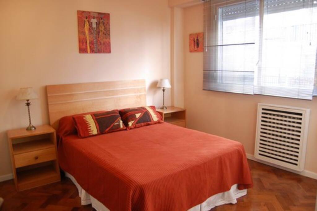 Importante dormitorio con cama matrimonial, gran placard y aire acondicionado.