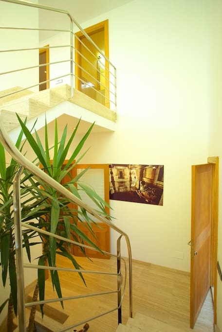 el acceso a la planta superior dónde se ubican el salón comedor, la cocina auxiliar, el altillo y un baño