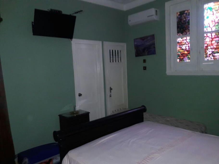 El cuarto dispone de pantalla plana (TV) aire acondicionado y ventilador de techo.
