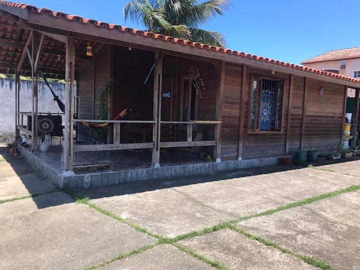 Linda casa de madeira na frente do Mar