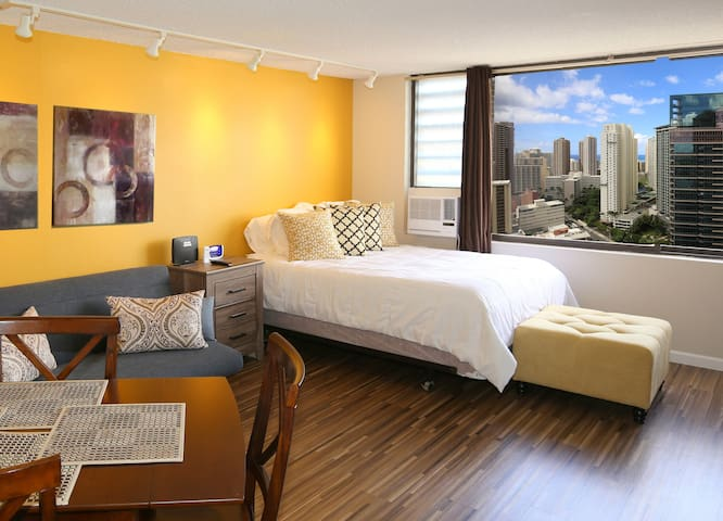 Spacious, King Bed Studio 36th Floor--View! Legal!
