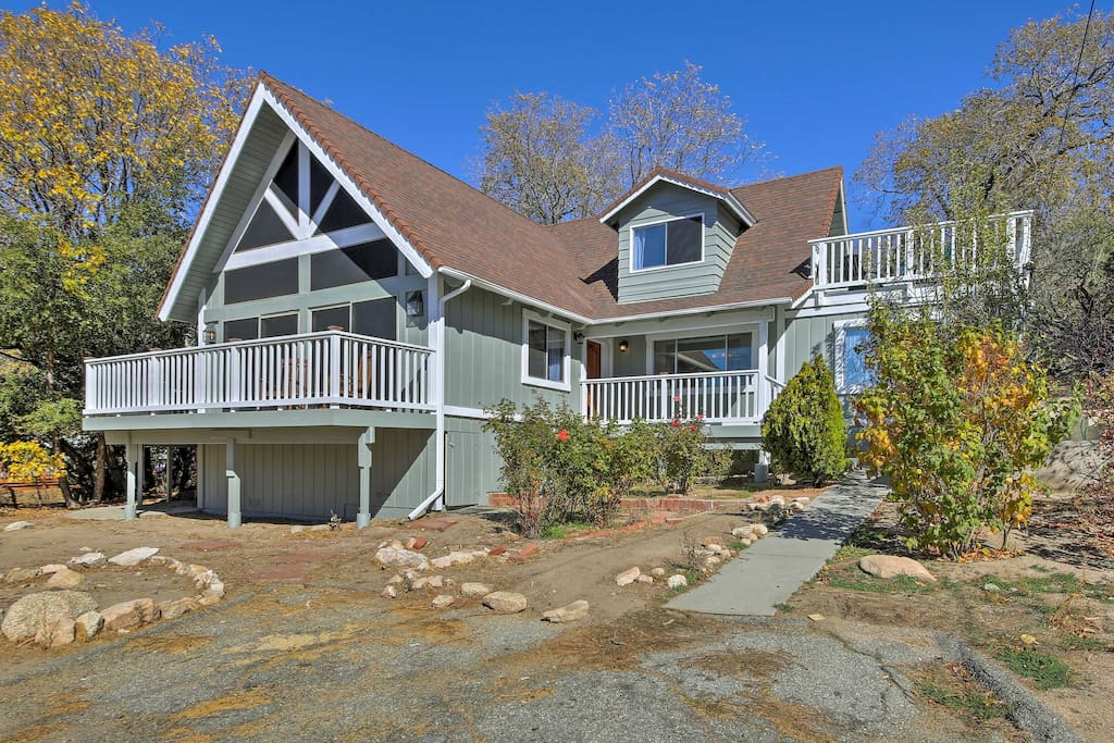 Escape to Southern California with this Lake Arrowhead vacation rental house!