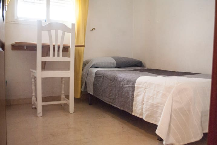Small room for 1 person. Garaje Optional