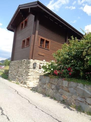 Ferienhaus Cilly von der Strasse her