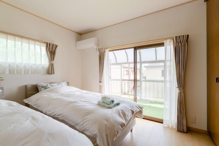 2F寝室。自慢のテラスにつながっています。