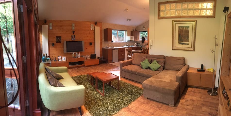 The Log Cabin Annexe in the Garden, Buckhurst Hill - Buckhurst Hill - Guesthouse