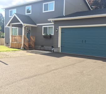 New 4 Bedroom house close to UO & airport - Eugene - House