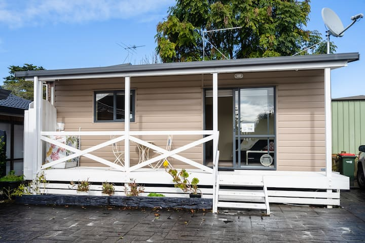 Private cottage, coastal walkway, 20min to airport