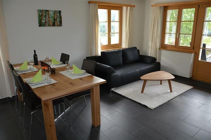 gemütliches Wohnzimmer mit Ledersofa