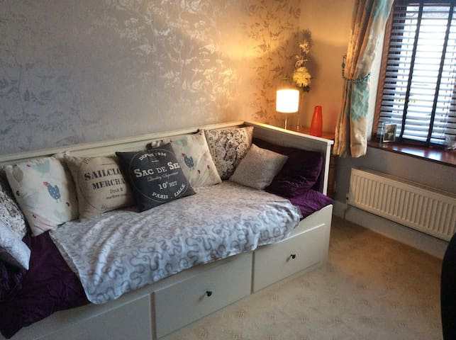 Large single room with Ikea Daybed - Rochford