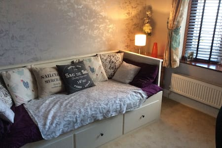 Large single room with Ikea Daybed - Rochford - Bungaló