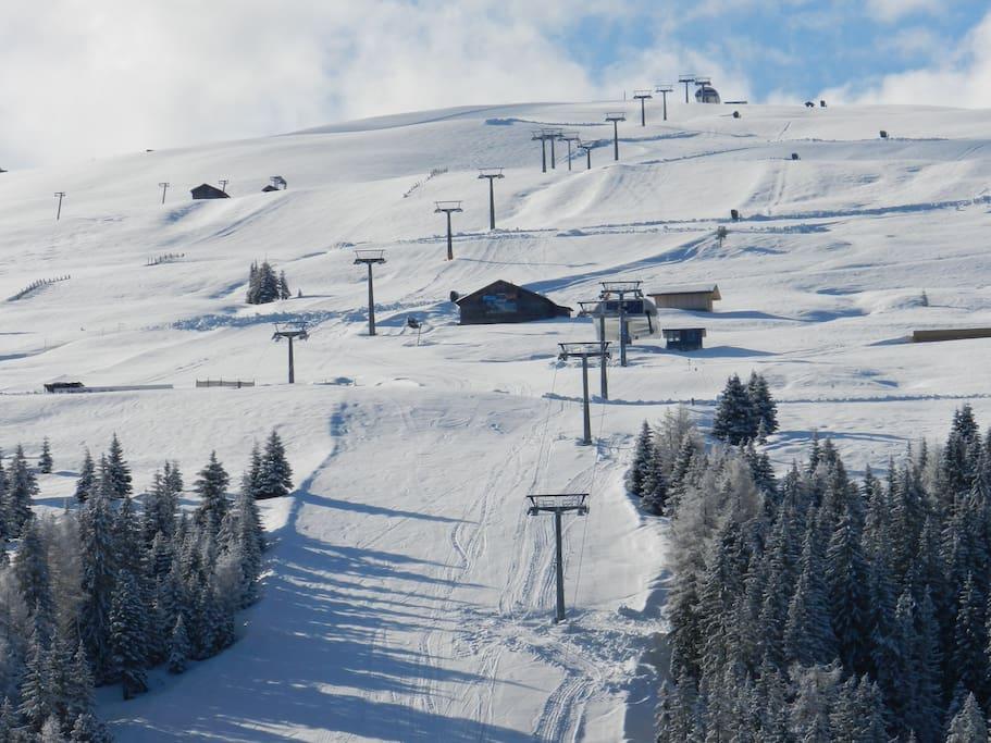 Ski-run one minute away