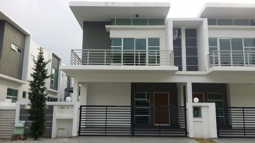 Austin Height Semi Cluster Cozy HomeStay - Johor Bahru - Dům