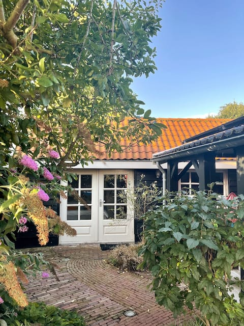 Botanical guesthouse Oud-Loosdrecht with veranda!
