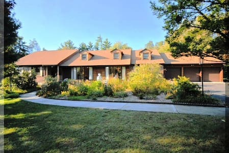 Spacious Ranch House surrounded by forest. - Andover - Hus