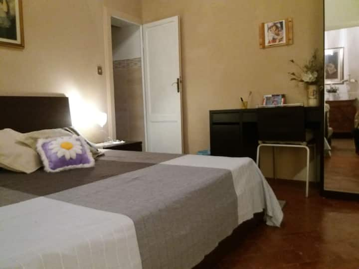 single/double room with private bathroom in center