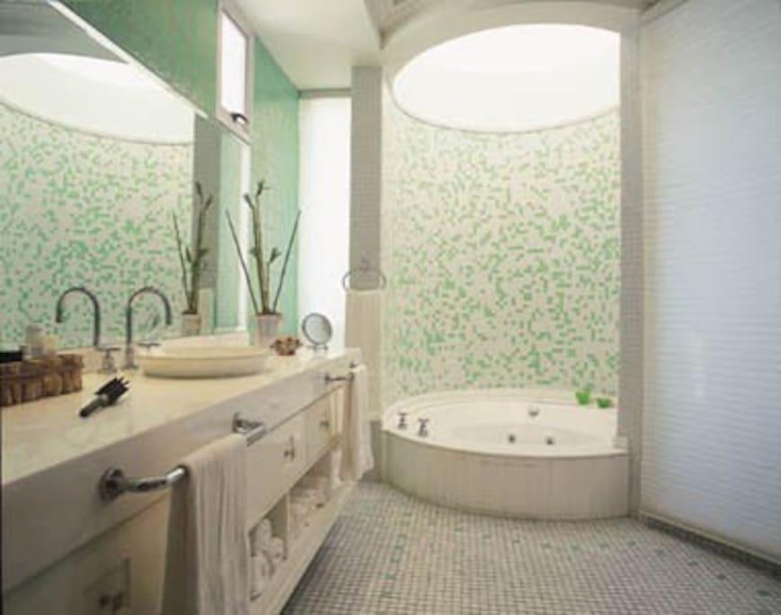 banheiro claro e arejado
