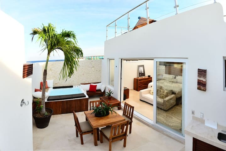 Penthouse for 6, steps from Mamitas. Ocean View!