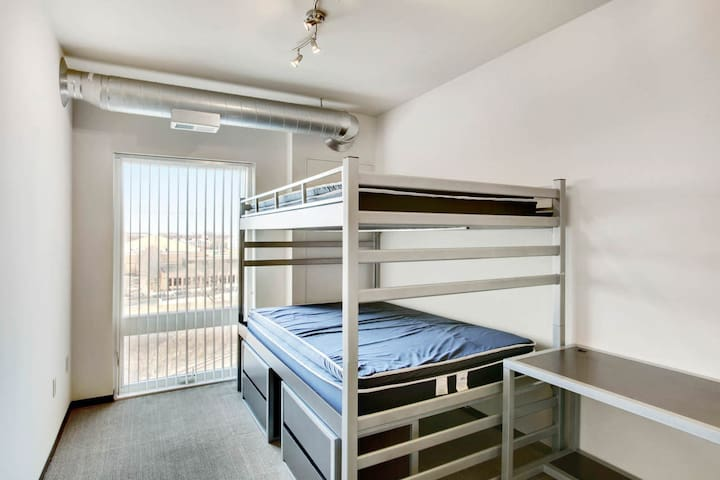 Superbowl weekend apt for 4, 10 mins from US Bank