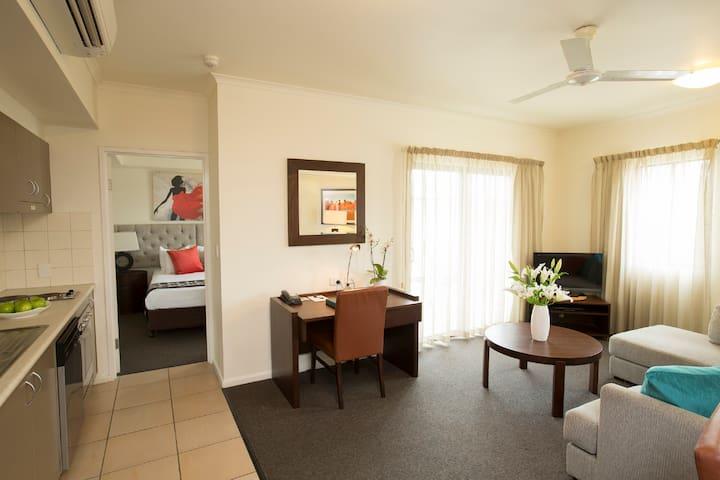 1 Bedroom CBD Apartment. Wifi, Foxtel, Pool!