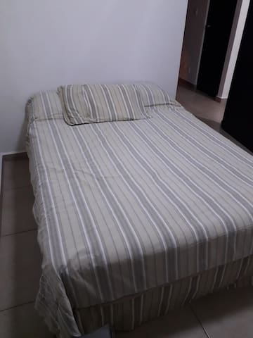 Recamara en planta baja, cuenta con cama matrimonial.