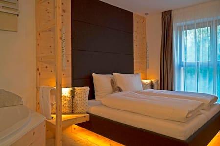LA VIE DELUXE - 62 m², Whirlpool + CASCADE inkl. - Sand in Taufers
